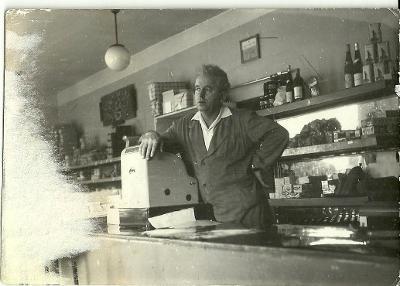 Foto v obchodě, prodavač za kasou r.1969
