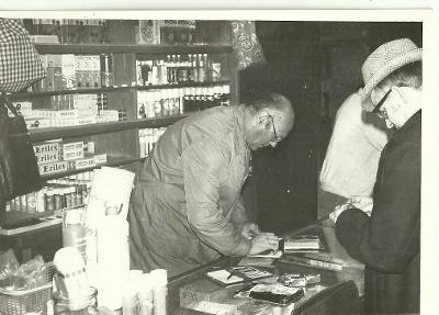 Foto v obchodě, prodavač se zákazníkem