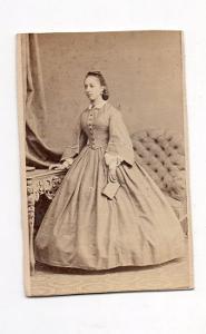 Kabinetka žena v šatech, Bourdon, Chrudim