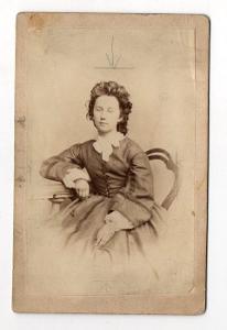 Kabinetka žena v šatech, Brunner, Písek