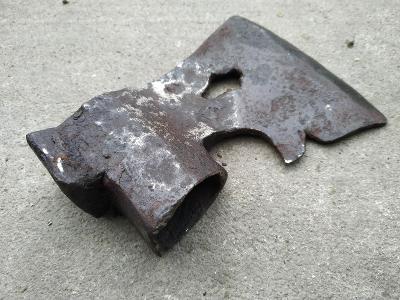 Hodně stará kovaná sekera - tesař - truhlář - železo torzo