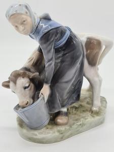 Porcelánová soška, figurka stařenka s krávou Královská Kodaň