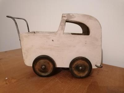 Starý malý dřevěný kočárek hračka - zajímavý tvar, kousek do sbírky