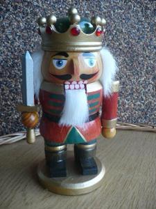 Louskáček na ořechy-dřev. král s mečem, cca 18,5 cm, hračka, dekorace