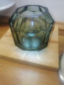 Stará celoplošně broušená váza MOSER