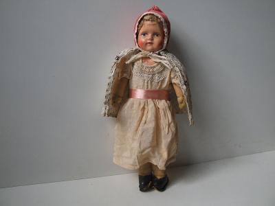 stará panenka  v pěkném původním oblečení a papmašovou hlavičkou
