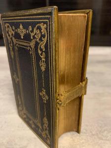 stará kniha - krásná vazba s kovovou přezkou
