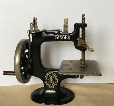 Miniaturní unikátní šicí stroj Singer , rok 1900