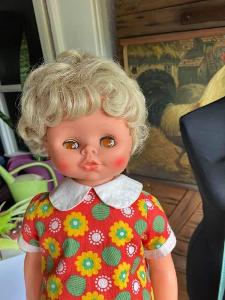Krásná retro panenka s hrací strojkem