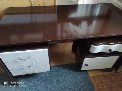 starý kancelářský stůl