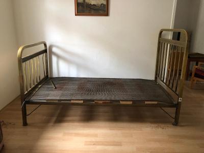 Krásná mosazná historická postel
