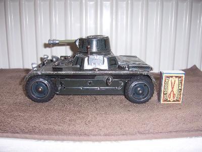 Stará mechanická hračka tank