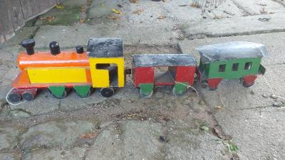 Velmi starý dřevěný vláček se dvěma vagóny