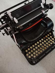 Starý psací stroj / zcela funkční / moc hezký stav