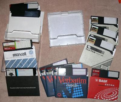 velké diskety 5´´ celkem 20 ks včetně plastových krabic