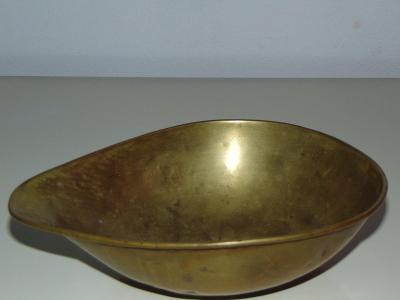 Stará kovová miska na kovovou starou váhu