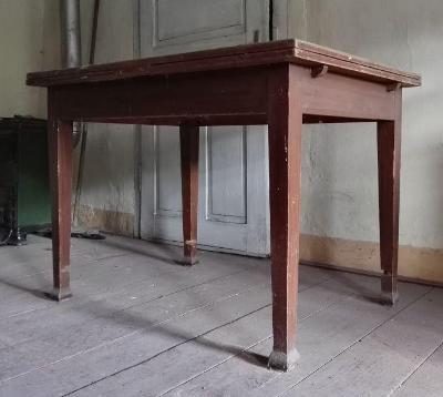 Starý dřevěný rozkládací stůl