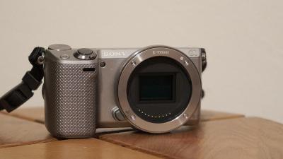 SONY NEX-5R + objektiv Sony E 18-55mm F3.5-5.6 OSS + blesk