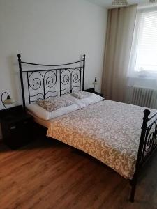 Kovová postel, 2 rošty, 2 noční stolky