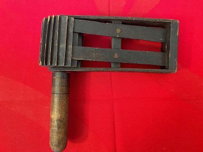 Stará dřevěná řehtačka
