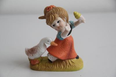 Porcelánová soška dívky s husou, ručně malovaná