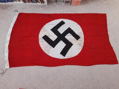 velká vlajka s hákovým křížem