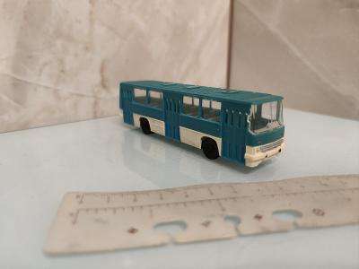 Stary model autobusu Ikarus plast