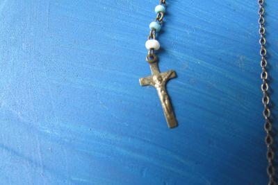starý řetízek a náramek s Ježíšem