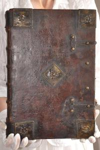 Unikátní obří Bible z r. 1692