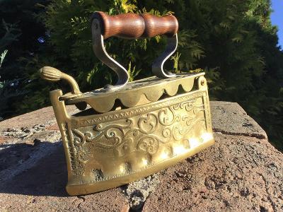 Krásná  MOSAZNÁ  ŽEHLIČKA - celá zlatá jako ze zámku