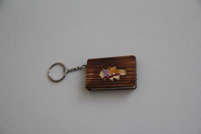 klíčenka miniaturní adresář s dřevěnými deskami  VÍC V POPISU