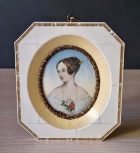 Miniatura portrét šlechtičny malba na slonové kosti, perleť 19st..