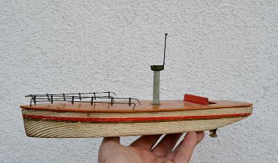 Velký dřevěný člun na klíček