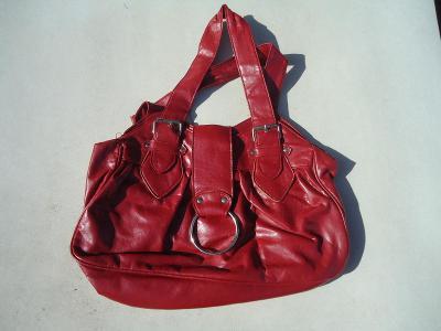 hezká červená kabelka
