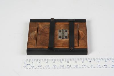 Malý, historický, značený kopírovací rámeček.