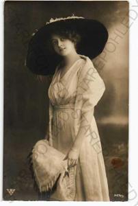 žena v šatech a klobouku