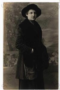 žena v kožichu a klobouku