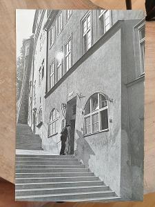 Stará fotografie O. Rakovec, Jan Zrzavý před domem 29 x 19,5cm