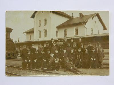 Stod - Staab - nádraží - nádražáci společné foto - liliput s knírkem