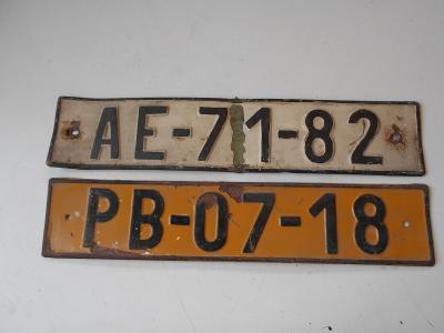2 x stará železná SPZ Praha a Příbram