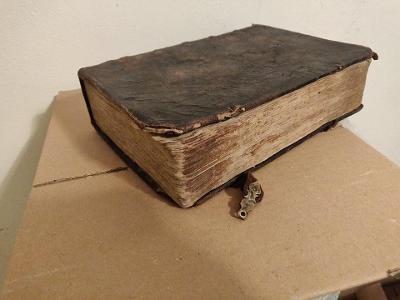 PRASTARÁ LATINSKÁ BIBLICKÁ KNIHA LÉTA PÁNĚ 1718