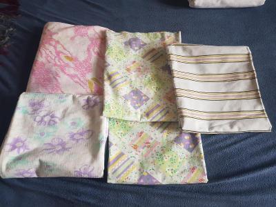 Pět různých povlaků na polštáře různých velikostí