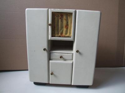 stará kredenc pro panenky