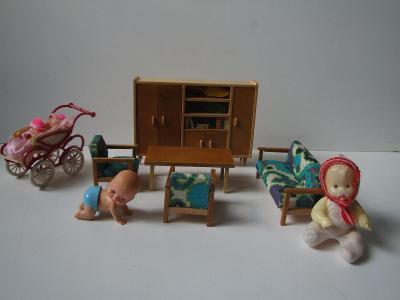 obývák pro panenky s kočárkem a mechanickým miminkem