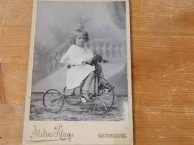 Stará fotka trojkolka, tříkolka, staré jízdní kolo - krásný kousek