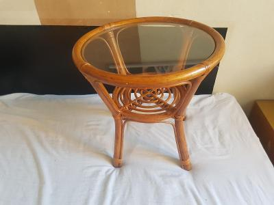 Ratanový stoleček se sklem o výšce  a průměru cca. 45cm