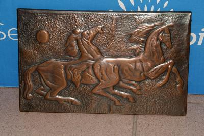 Dekorativní obrázek koní z mědi