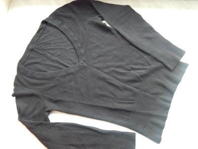Černý svetřík s výstřihem do V, velikost S