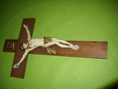 STARY DREVENY KRIZ SE SADROVYM JEZISEM
