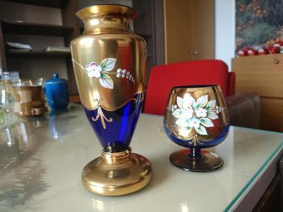 Modrá karafa a sklenka na víno